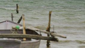 Een oude houten boot op de baai stock video