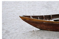 Een oude houten boot op zand Stock Afbeeldingen