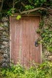 Een oude houten deur stock afbeeldingen