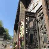 Een oude houten deur stock afbeelding
