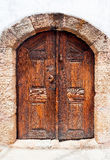 Een oude houten deur in de middeleeuwse muur Stock Foto's
