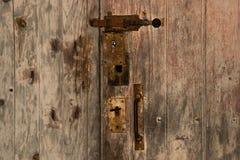 Een oude houten deur met een bout royalty-vrije stock afbeelding