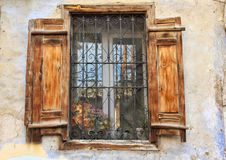 Een oude houten deur van Kula, Turkije stock afbeelding