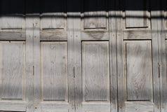 Een oude houten deur, venstertaxture van Thailand en Zuidoost-Azië Royalty-vrije Stock Foto