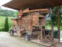 Een oude houten het oogsten machine bij een wijngaard royalty-vrije stock afbeeldingen