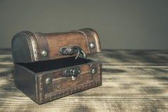Een oude houten koffer royalty-vrije stock afbeeldingen