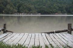 Een oude houten pijler door de rivier royalty-vrije stock afbeelding