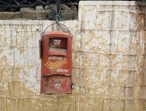 Een oude Indische postbus die op een muur hangen Royalty-vrije Stock Foto's