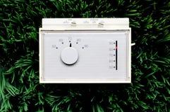 Een oude inefficiënte thermostaat stock foto's