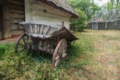 Een oude kar dichtbij het traditionele huis van de Oekraïne Royalty-vrije Stock Foto
