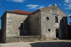 een oude Katholieke kerk aan het oosten van Istria dichtbij de kust van het Adriatische Overzees de plaats aan de stad van Brsec  royalty-vrije stock fotografie