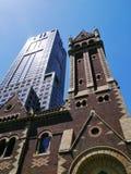 Een oude kerk en een nieuwe wolkenkrabber royalty-vrije stock afbeeldingen