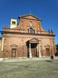 Een oude kerk van een kleine stad stock fotografie