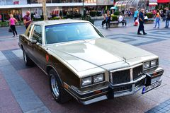 Een Oude klassieke die auto in openluchttentoonstelling wordt blootgesteld stock fotografie