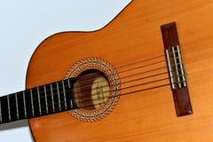 Een oude klassieke gitaar stock foto