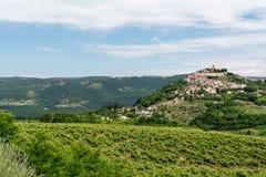 Een oude kleine stad op een heuvel, bodemmening Stock Fotografie