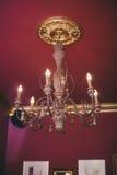 Een oude kroonluchter op het plafond, gloeilampen als kaarsen Kroonluchter Royalty-vrije Stock Foto