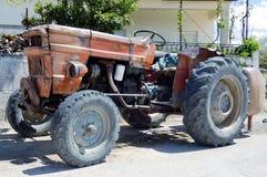 Een oude landbouwbedrijftractor Stock Afbeeldingen