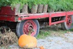 Een oude landbouwbedrijfwagen en een gebroken pompoen Royalty-vrije Stock Fotografie