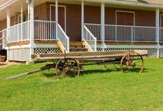 Een oude landbouwbedrijfwagen voor een huis royalty-vrije stock foto