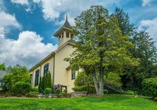 Een oude landelijke kerk stock fotografie
