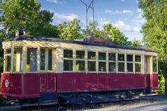 Een oude, lang-gebruikte die tram, met een schil van hout, op een fragment van sporen wordt gebouwd royalty-vrije stock foto's