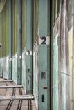 Een oude Liftlift in de ingang van een oud verlaten gebouw, Duitsland stock afbeeldingen