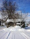 Een oude loods op een de winterdag Stock Foto