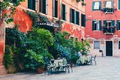 Een oude mens die bij laptop in Venetië, Italië werken stock fotografie