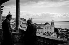 Een oude mens die de krant in Lissabon leest Stock Foto
