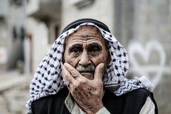 Een oude mens kijkt aan de toekomst royalty-vrije stock afbeelding