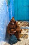 Een oude mens in Medina van Chefchaouen, Marokko royalty-vrije stock afbeelding