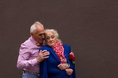 Een oude mens omhelst zacht het bejaarde Stock Foto