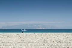 Een oude mens op het strand Royalty-vrije Stock Foto
