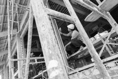 Een oude metselaar werkt aan een nieuw gebouw Royalty-vrije Stock Afbeeldingen