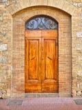 Een Oude Middeleeuwse Houten Deur in Toscanië royalty-vrije stock afbeelding