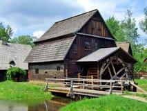 Een oude molen met waterwiel in Polen Stock Afbeeldingen