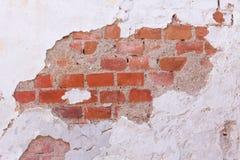 Een oude muur met ondoorzichtig pleister en zichtbare bakstenen royalty-vrije stock foto's