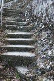 Een oude open buitensteentrap Steen, cementstappen van de oude trap met sporen van verwering en vernietiging Oud stock foto's