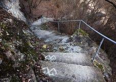 Een oude open buitensteentrap Steen, cementstappen van de oude trap met sporen van verwering en vernietiging Oud royalty-vrije stock foto's