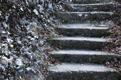 Een oude open buitensteentrap Steen, cementstappen van de oude trap met sporen van verwering en vernietiging Oud royalty-vrije stock afbeelding