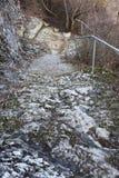 Een oude open buitensteentrap Steen, cementstappen van de oude trap met sporen van verwering en vernietiging Oud stock fotografie