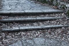 Een oude open buitensteentrap Steen, cementstappen van de oude trap met sporen van verwering en vernietiging Oud stock foto