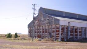 Een oude pan van de landbouwbedrijfloods stock video