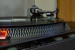 Een oude platenspeler die werkt en nog muziek van vinylverslagen kan lezen royalty-vrije stock afbeelding