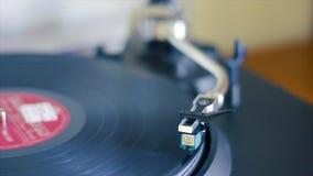 Een oude platenspeler die werkt en nog muziek van vinylverslagen kan lezen stock video