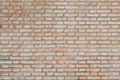 Een oude rode bakstenen muur versleten door tijd en meteorologie stock afbeeldingen