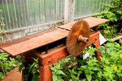 Een oude, roestige machine van de metaalhoutbewerking Grote zaag met reusachtige tanden royalty-vrije stock foto's