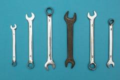 Een oude roestige moersleutel onder nieuw royalty-vrije stock foto's
