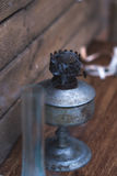 Een oude rokende kerosinelamp op een houten achtergrond stock fotografie
